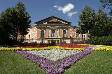 1280px-Bayreuth_Festspielhaus_2006-07-16